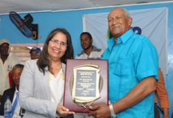 Ministra de Trabajo es reconocida por trabajadores portuarios de Barahona